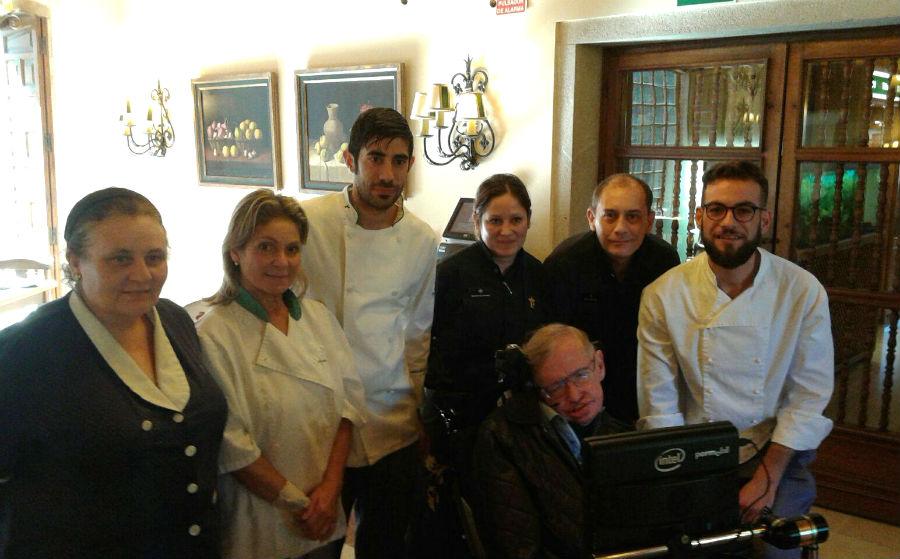 Charlas, homenaxes, turismo e marisco: así foron as visitas de Hawking a Galicia