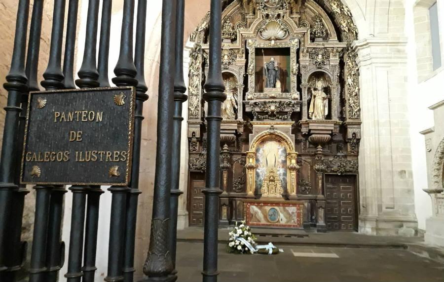 Panteón de Galegos Ilustres, coa tumba de Fontán ao fondo, coas flores. Imaxe: R. Pan.